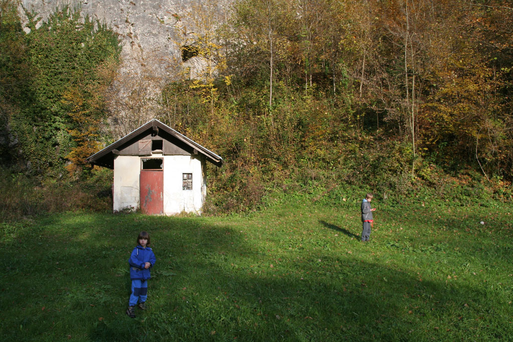 MHE, travnik in tunel v ozadju